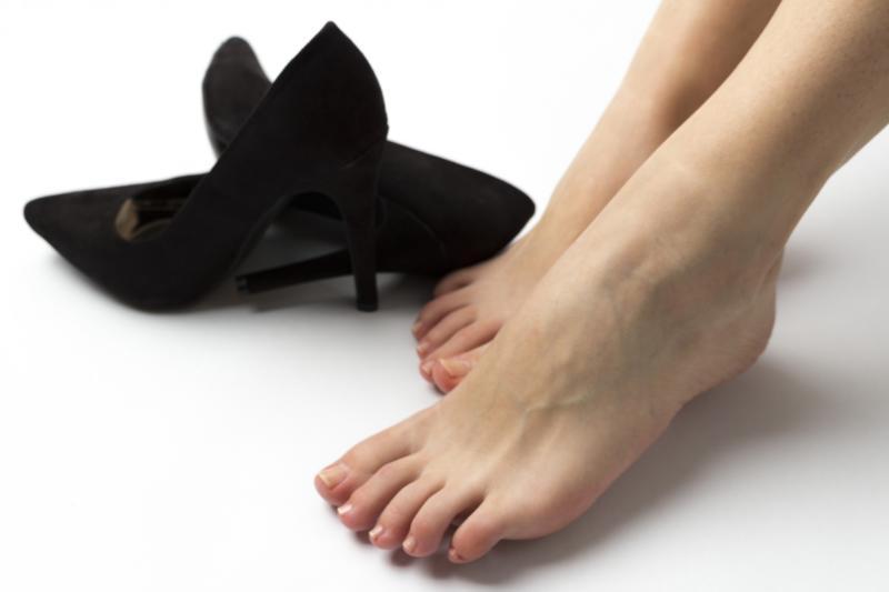 はだしの女性と靴